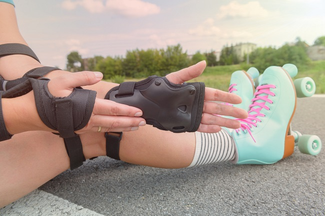 picture of Woman roller skater wearing wrist guards protector pads on her hand