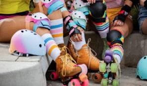 pisture of legs wit roller skates and protective gear